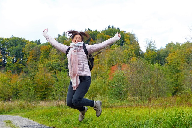 元気よくジャンプしている女性
