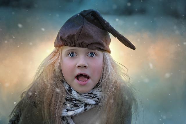 驚いた表情をする少女の前歯が一本ない