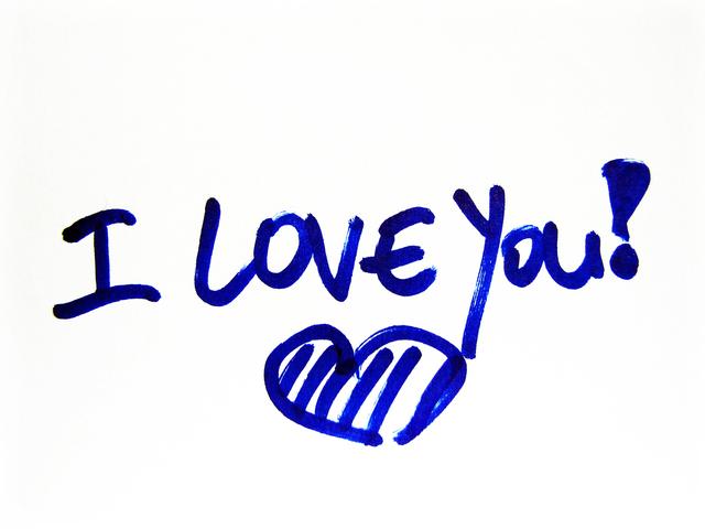ペンで書かれたI LOVE YOU!の文字とハートマーク