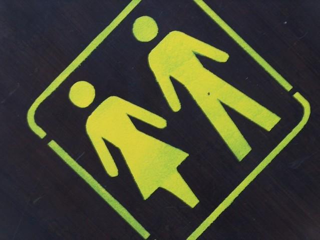 地面に書かれた男女のピクトグラム