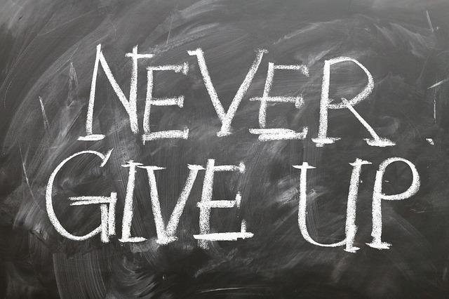 黒板に書かれたNEVER GIVE UPの文字