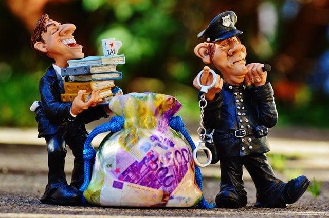 不敵な笑みを浮かべる二体の警察官の人形