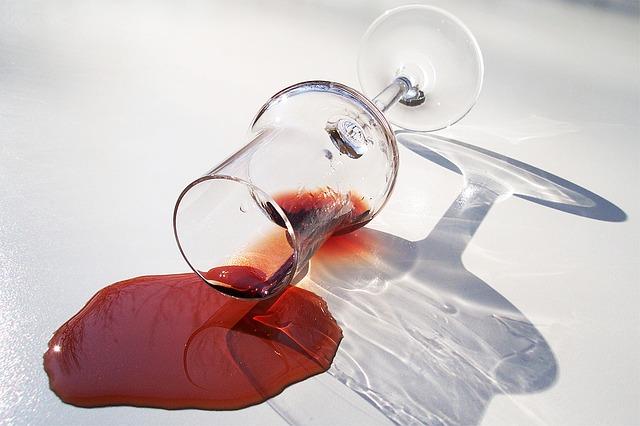 グラスを倒して飲み物をこぼしたミス