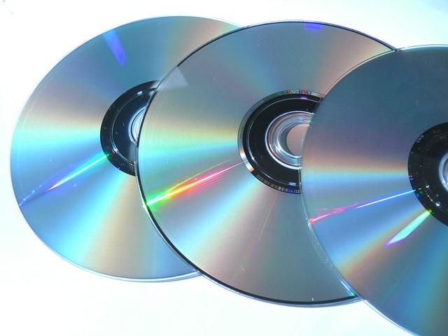 三枚のDVDの様な記録媒体