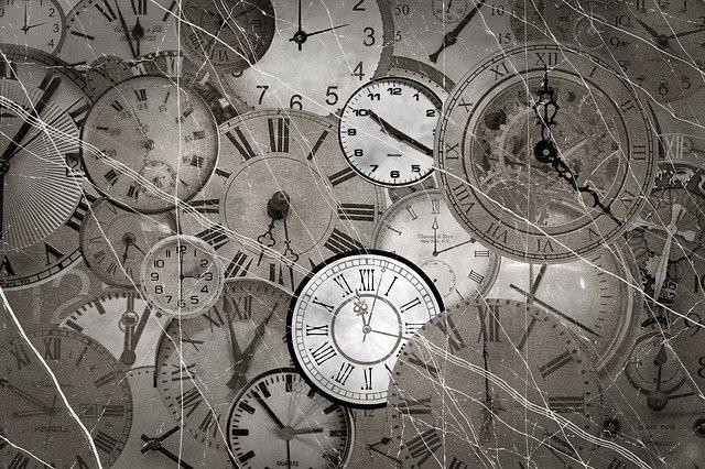 大量の様々な時計