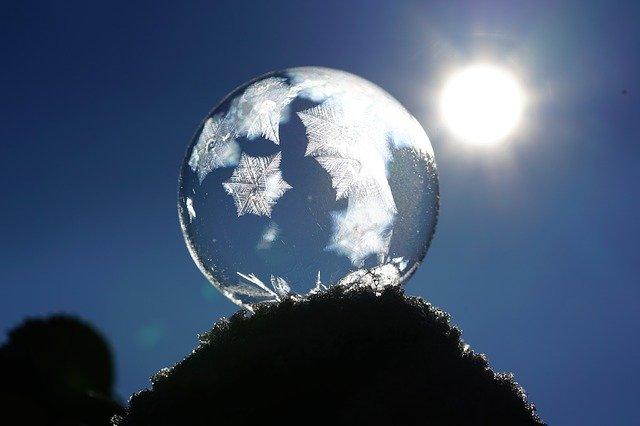 太陽に照らされた結晶化したシャボン玉