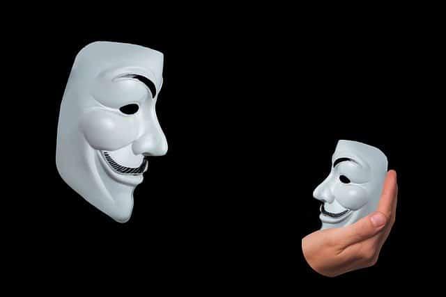 アノニマスマスクと手に持ったアノニマスマスクが対峙