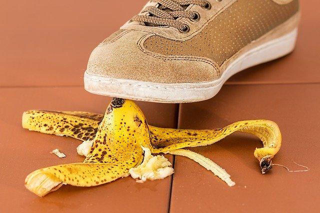 バナナの皮を踏みそうなシューズ