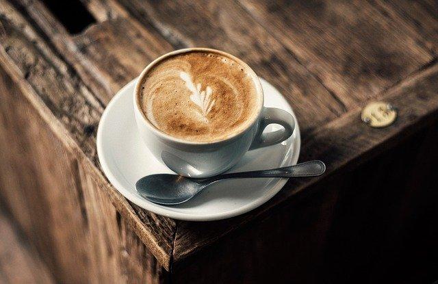 机に乗ったラテアートのコーヒーカップ