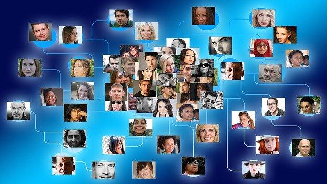 人との繋がりを示す大量の顔写真