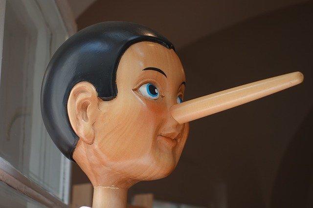 鼻が伸びたピノキオの人形