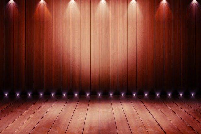 照明のついた誰もいないステージ