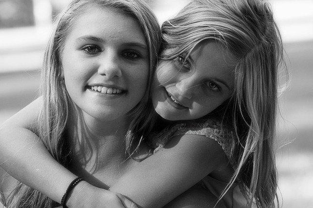 抱き合う笑顔の姉妹