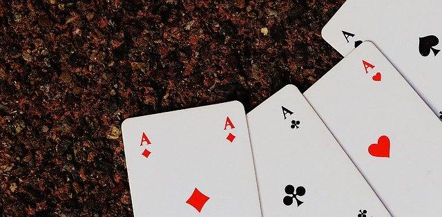 机に置かれたトランプカード四種類のA