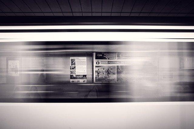速いスピードで走る地下鉄の電車