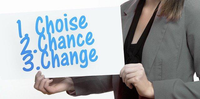 choise chance changeのプラカードを持った女性
