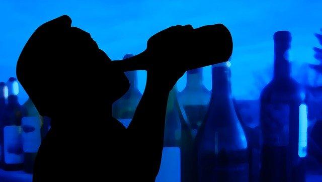 ラッパ飲みする男性のシルエット