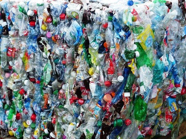 圧縮された大量のペットボトルゴミ