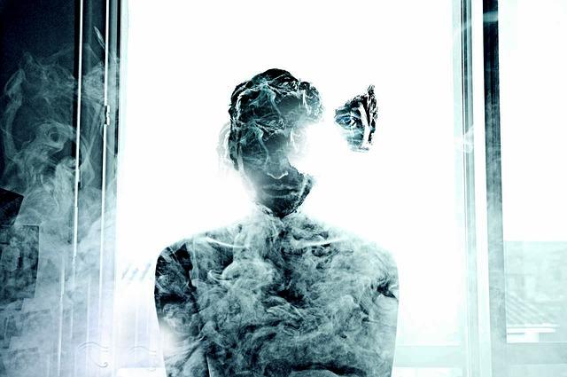 煙の中に立つ人形