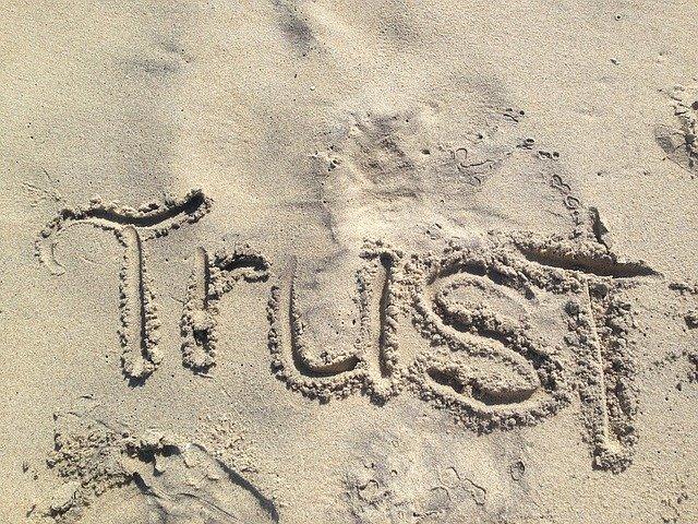 砂浜に書かれたTrustの文字