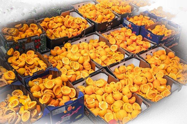 大量に捨てられたオレンジのゴミ