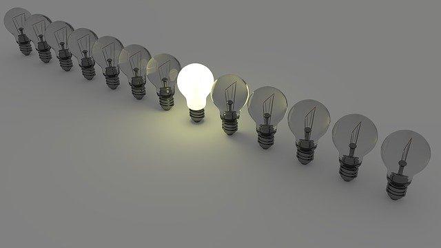 電球が並んでいる中で一つだけ点灯している