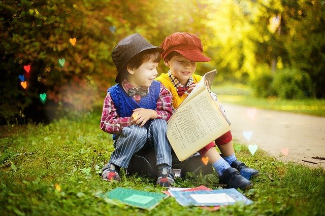 一人の少年が本を使いもう一人に教育している