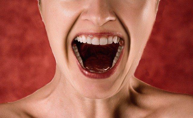 大きく口を開けて怒っている女性
