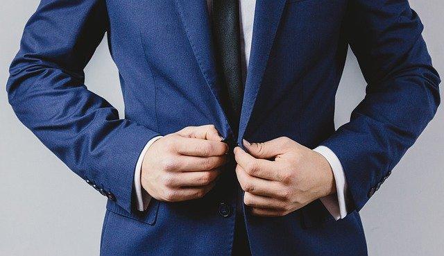 権威性を表すきちっとしたスーツ姿