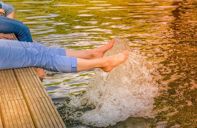 池に足でバタバタする女性