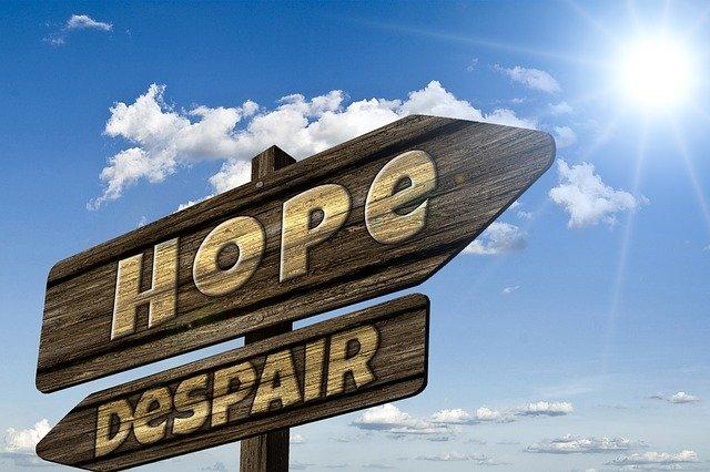 看板に『Hope』と『Despair』の文字