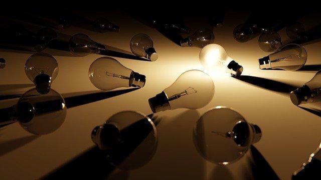 数ある電球の中で一つだけ光っている